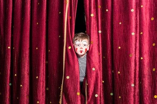 Las artes dramáticas favorecen el desarrollo corporal y verbal.