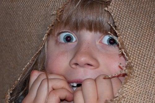 Muchos niños sienten miedo a la oscuridad.