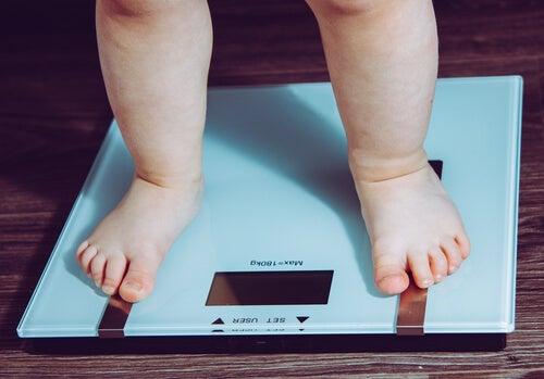 El peso y la talla fuera de los valores normales son una de las consecuencias de una mala alimentación en los niños.