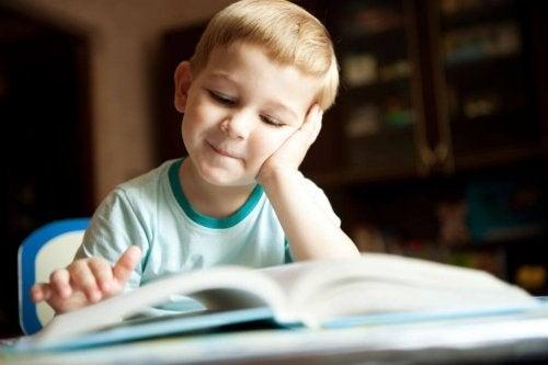 Los libros son excelentes recursos para que los niños aprendan sobre dinosaurios.