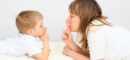 Educar en el silencio ayuda a los niños a tomar conciencia sobre sus propios pensamientos.