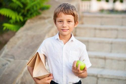 Niño con su almuerzo preparado para la vuelta al colegio.
