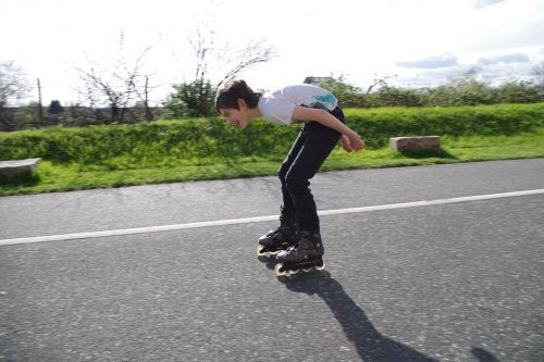 El patinaje para niños potencia de gran modo su resistencia física.