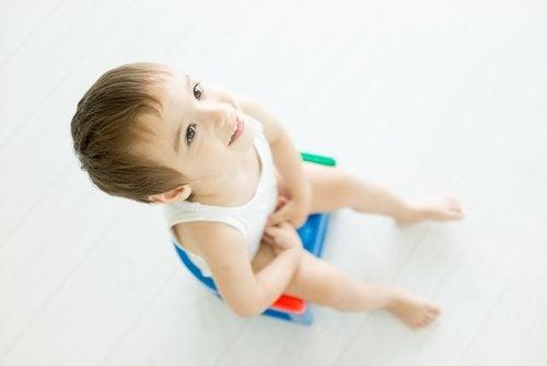 Es importante asegurarnos de que el niño esté listo para dejar el pañal antes de buscar que lo haga.