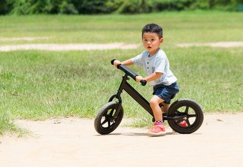 El ciclismo para niños es un deporte recomendado porque fomenta su autonomía.