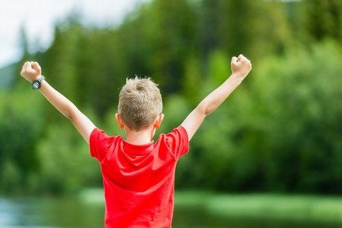 Cuidar su autoestima es una de las lecciones que tu hijo debe aprender en la infancia.