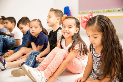 Hacer actividades en grupo en clase permite que los niños socialicen.