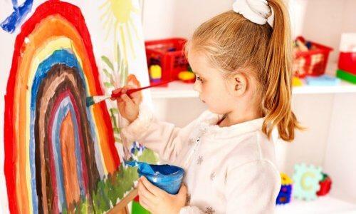 Dibujar con pinturas puede ser un gran medio de expresión para los niños.