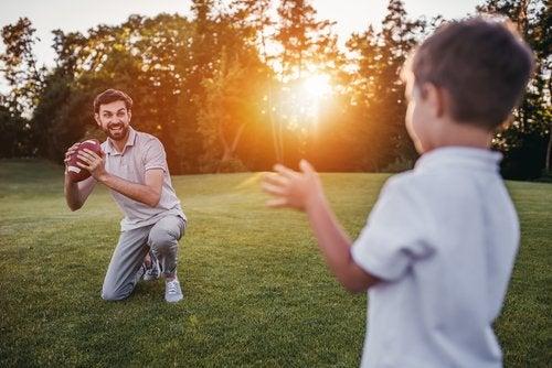 El fútbol americano puede fortalecer la relación entre padres e hijos.
