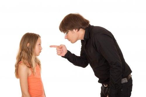 Bien que le manque d'autorité des parents nuit aux enfants, il ne faut pas non plus faire régner la peur à la maison.