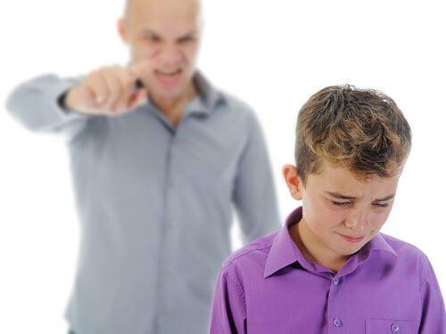 Gritar a los hijos puede acabar por minar la autoestima de los niños.