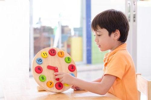 Podemos planificar juegos y actividades para enseñar a los niños a ser puntuales.