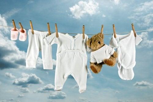 Los consejos para lavar la ropa del bebé se traducen en tres grandes premisas relativas al uso de productos especiales.