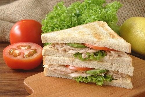 Los sándwiches pueden combinar varios ingredientes de las recetas ricas en proteínas para el segundo trimestre de embarazo.