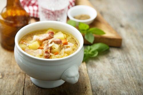 La sopa de verduras con jamón es una de las recetas de la abuela más típicas.