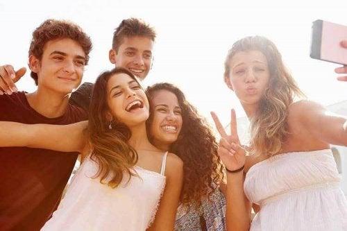 El desarrollo cognitivo en la adolescencia favorece la generación de dudas sobre los fundamentos de las autoridades.