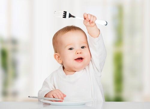 Hay algunos alimentos que no deberías darle al bebé en los primeros meses.