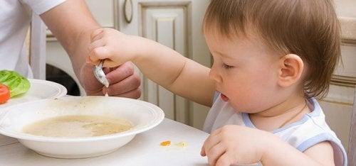 La sopa es uno de los primeros platos de cuchara que los niños pueden tomar.