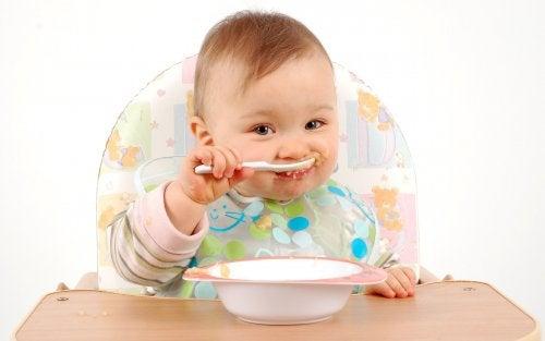 A los bebés les gusta comer por su cuenta, lo que es una gran herramienta para agregar los cereales en la dieta del bebé.