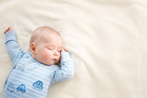 Si el bebé se pone boca abajo mientras duerme, lo correcto es cambiar un poco su posición de vez en cuando.