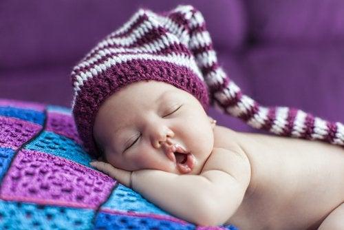 Naturellement, les bébés doivent se coucher plus tôt que les enfants et les adolescents.