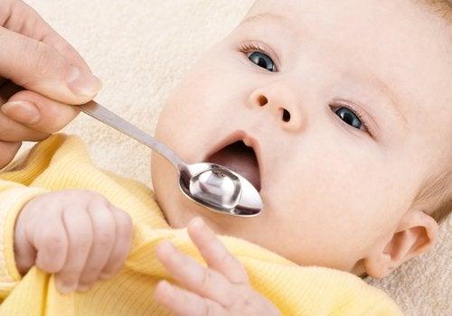 Le pédiatre peut prescrire un médicament au bébé froid pour le guérir.