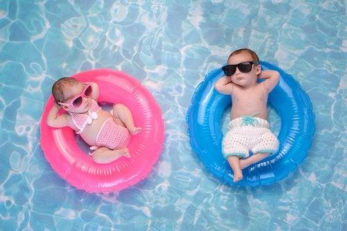 Las cosas que debes llevar a la piscina para tu bebé dependerán de la edad que tenga tu pequeño.