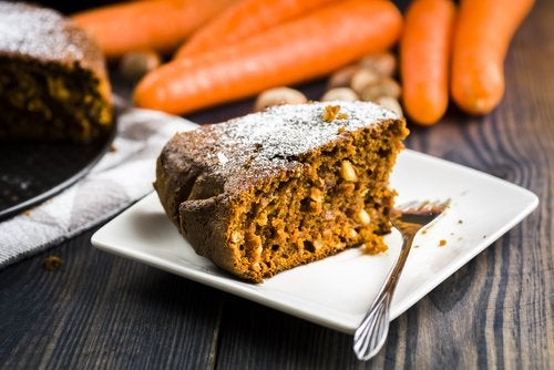 La zanahoria es otro vegetal que puedes incorporar en estas recetas de postres con verduras.