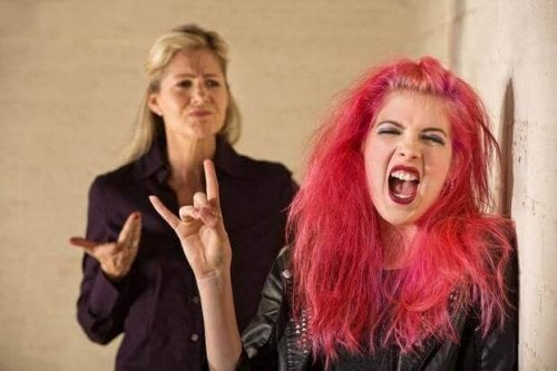 Chica adolescente con el pelo rosa ignora a su madre.