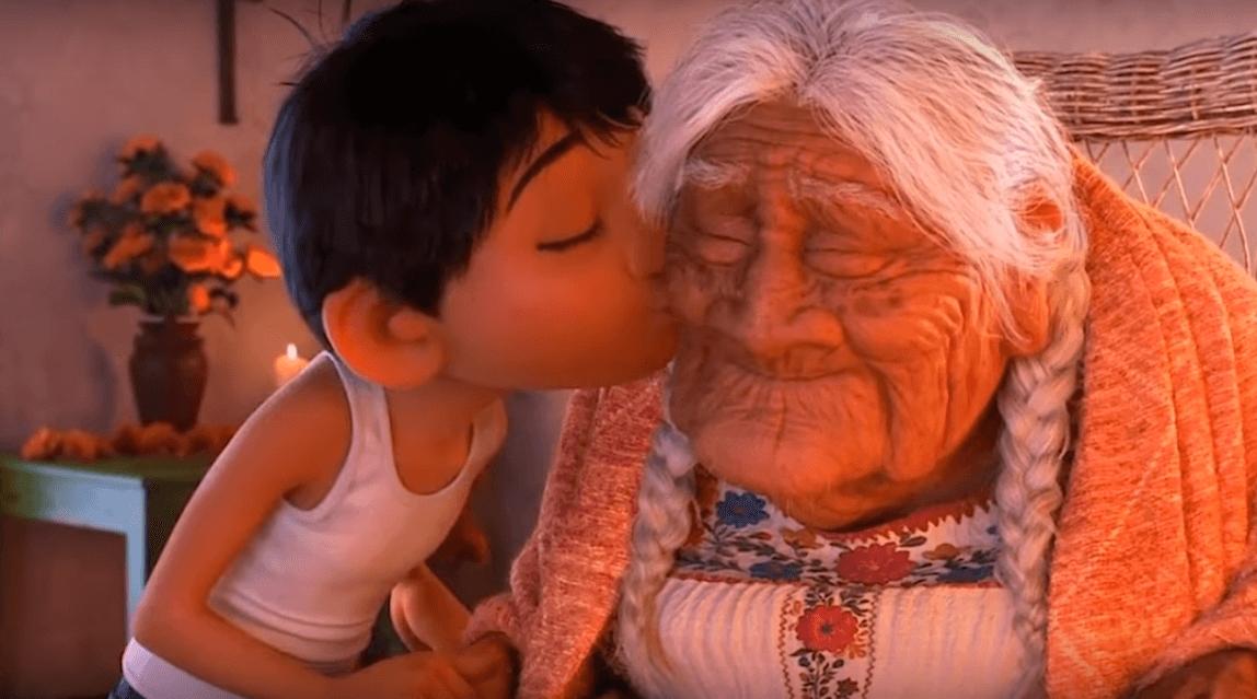 La abuela Coco es una fiel acompañante de Miguel.