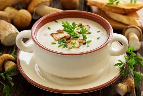 La crema de champiñones con patatas es una excelente opción para recetas saladas en el segundo trimestre de embarazo.