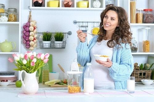 Seguir una dieta vegetariana estando embarazada no solo es posible, sino también beneficioso.
