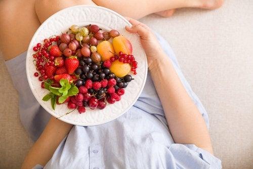 Una alimentación equilibrada es central para no tener un embarazo con sobrepeso.