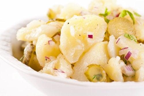 La ensalada es un clásico de las recetas con patatas.