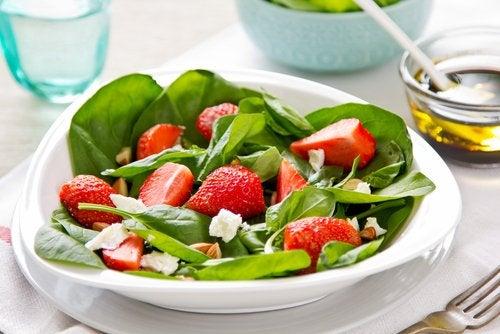 La ensalada de espinacas es una excelente opción para preparar recetas ricas en yodo para el tercer trimestre de embarazo.