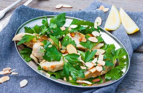 El pollo con ensalada y almendras aporta gran variedad de nutrientes para las embarazadas.
