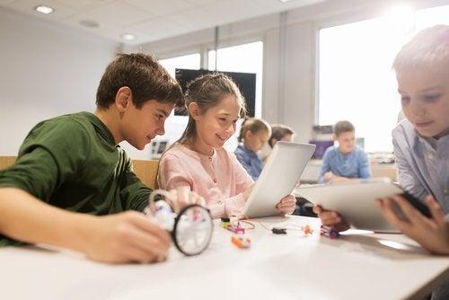 La tecnología hace que los infantes se conviertan en niños multitarea.
