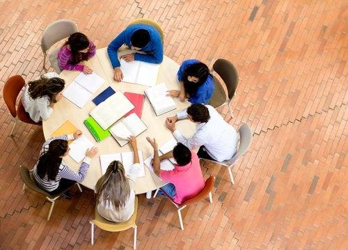 Estudiar en grupo aporta grandes beneficios a nuestros hijos.