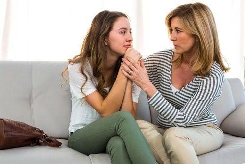Si mi hijo consume drogas, debo hablar con él y manifestarle todo el apoyo de la familia para salir de la adicción.