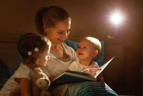Madre leyendo un cuento a sus hijos antes de dormir.