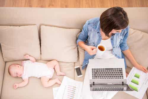 Según un estudio, un día de una madre equivale a dos días de trabajo de un padre