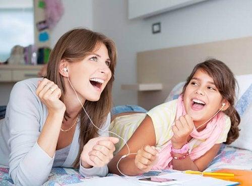Madre escuchando con su hija algunos grupos internacionales de los 80.