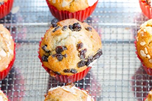 Los muffins de arándanos y plátano son una de las mejores opciones de recetas dulces para el tercer trimestre de embarazo.