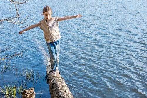 Mejorar el equilibrio en los niños contribuye al desarrollo de sus habilidades motrices.
