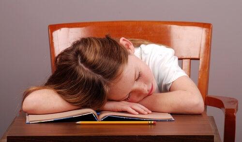 Los niños con hipersomnia se muestran cansados durante el día.