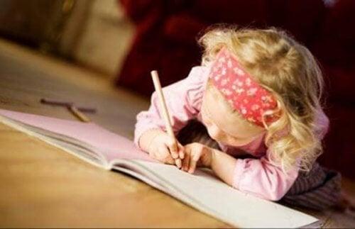 La escritura favorece el vocabulario y la expresión de los niños.