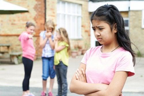 El rechazo entre iguales destruye la autoestima de los niños.
