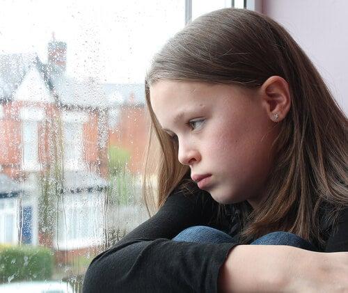 La ansiedad social en niños refleja un temor excesivo ante diversas situaciones sociales.