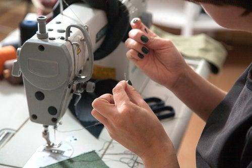 Los talleres de costura para niños van ganando popularidad con el paso de los años.