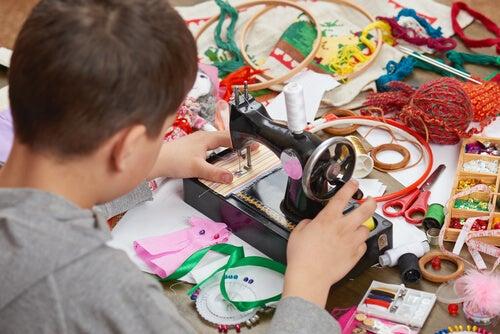 Los talleres de costura para niños son una excelente opción a la hora de apuntarlos a actividades extraescolares.